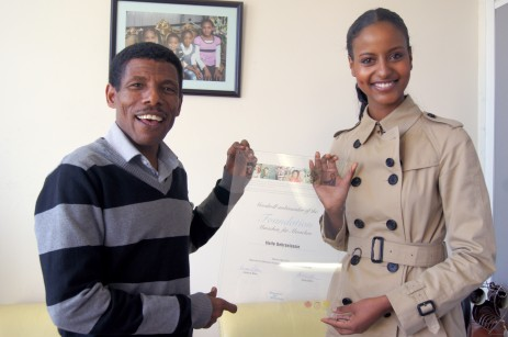 Germanys Next Topmodel 2009, Sara Nuru und die äthiopische Marathonlegende Haile Gebrselassie posieren am Donnerstag (10.05.2012) in Addis Abeba in Äthiopien. Er wurde an diesem Tag offiziell zum Botschafter von Karlheinz Böhms Äthiopienhilfe «Menschen für Menschen» ernannt. Seit Sara Nuru 2009 «Germany's next Topmodel» wurde, engagiert sie sich zunehmend in Äthiopien. Nun ist sie wieder zu Besuch im Heimatland ihrer Eltern und traf den berühmtesten Sportler des Landes: Haile Gebrselassie.