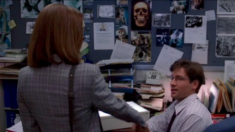Scully und Mulder treffen sich zum ersten Mal.