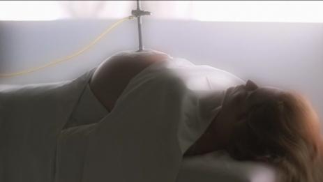 Scully unter dem Ufo-Bohrer (und Schauspielerin Gillian Anderson ist tatsächlich schwanger).
